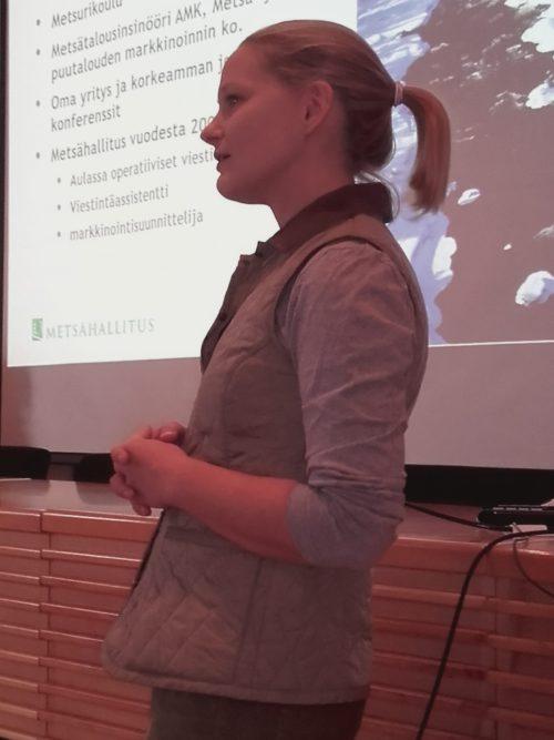 Markkinointisuunnittelija Riikka Hurskainen Metsähallituksesta kehotti opiskelijoita olemaan rohkeita.  Kuva: Tiina Eklund